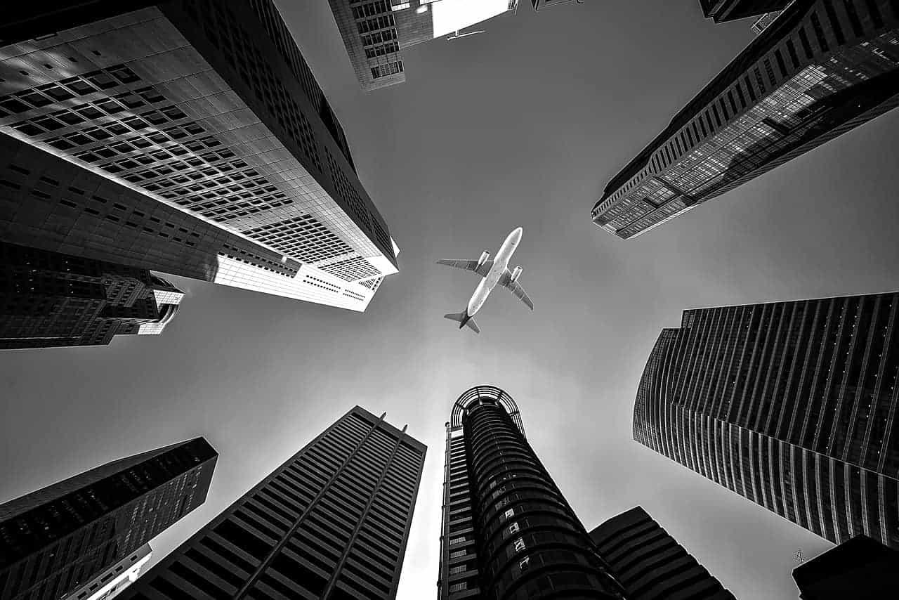 מטוס בין בניינים