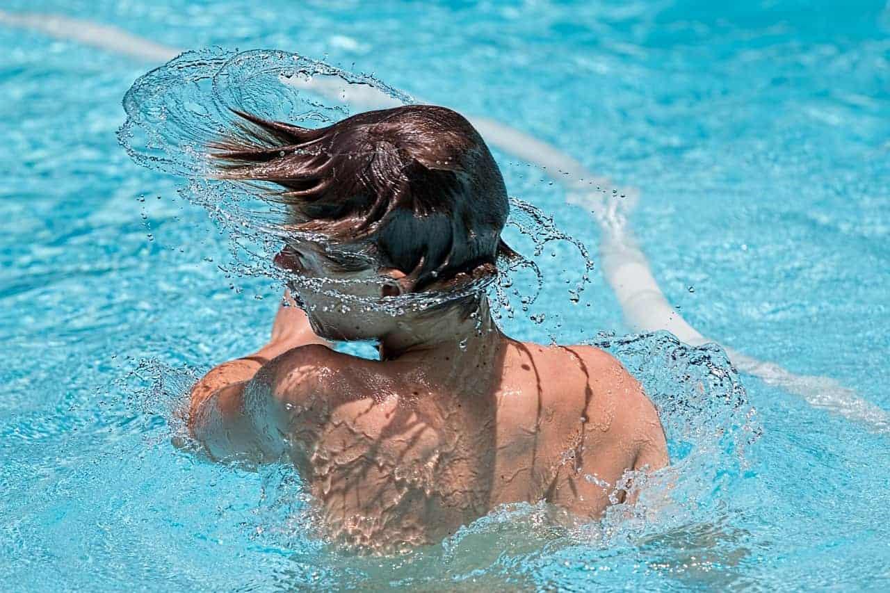 ילד במים