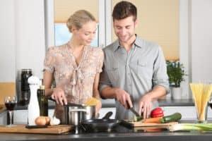 זוג מכינים לאכול