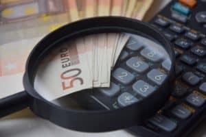 זכוכית מגדלת וכסף